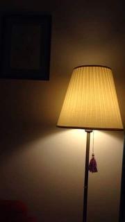 ランプシェードから下がるタッセル
