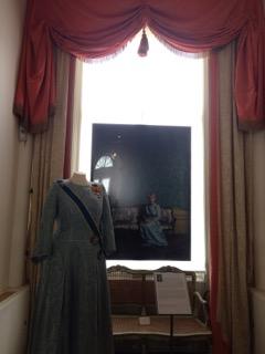 壁紙やお揃いのカーテンとタッセル